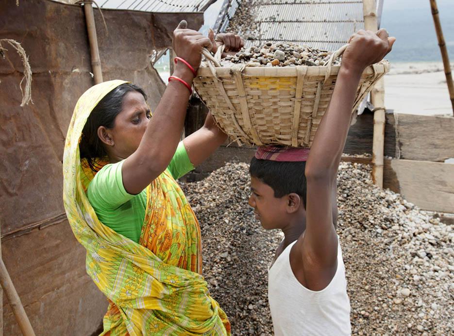 13_child_labor_at_bholagonj_stone_quarry_field