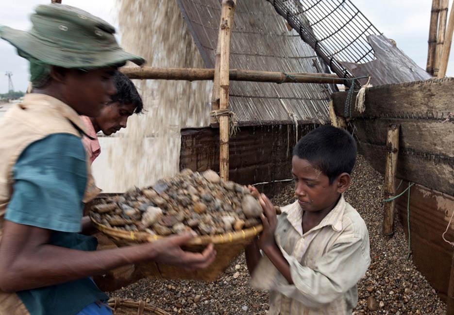 15_child_labor_at_bholagonj_stone_quarry_field