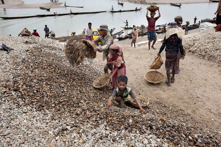 18_child_labor_at_bholagonj_stone_quarry_field