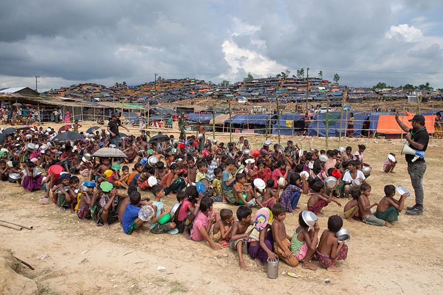 Rohingya children waiting for food